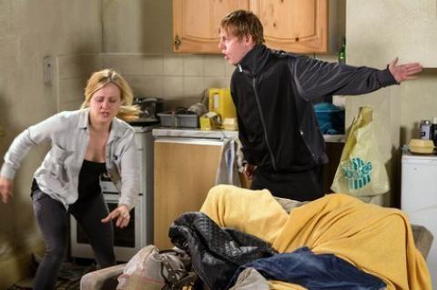 Lee takes Sarah hostage in Corrie